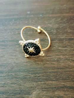 Bague ajustable étoile du nord en acier doré sur pastille ronde noire | Anneau ajustable | Tilleulmenthe Boutique de mode femme